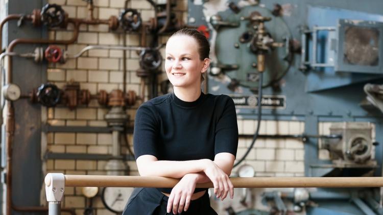Ann-Kathrin Karwacki, lächelnd, Blick nach links