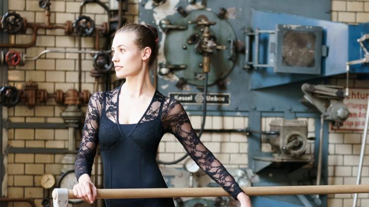 Janika Hinrichs, junge Frau, Blick zur linken Seite, schwarzer Body, Dutt
