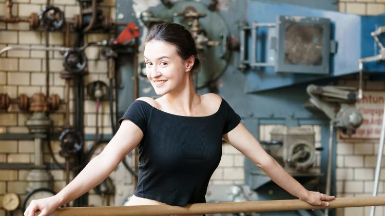Viktoria Ottmann, junge Frau, Arme weggestreckt, lächelnd in die Kamera, braune Haare